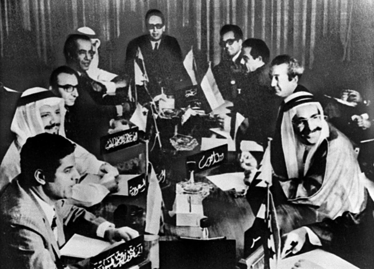 Sekelompok menteri negara-negara pengekspor minyak Arab meghadiri sebuah pertemuan di Kuwait, 17 Oktober 1973. Negara-negara pengekspor minyak Arab, termasuk Mesir dan Suriah, bertemu untuk membahas penggunaan minyak sebagai senjata melawan Amerika Serikat dalam peperangan di Timur Tengah.