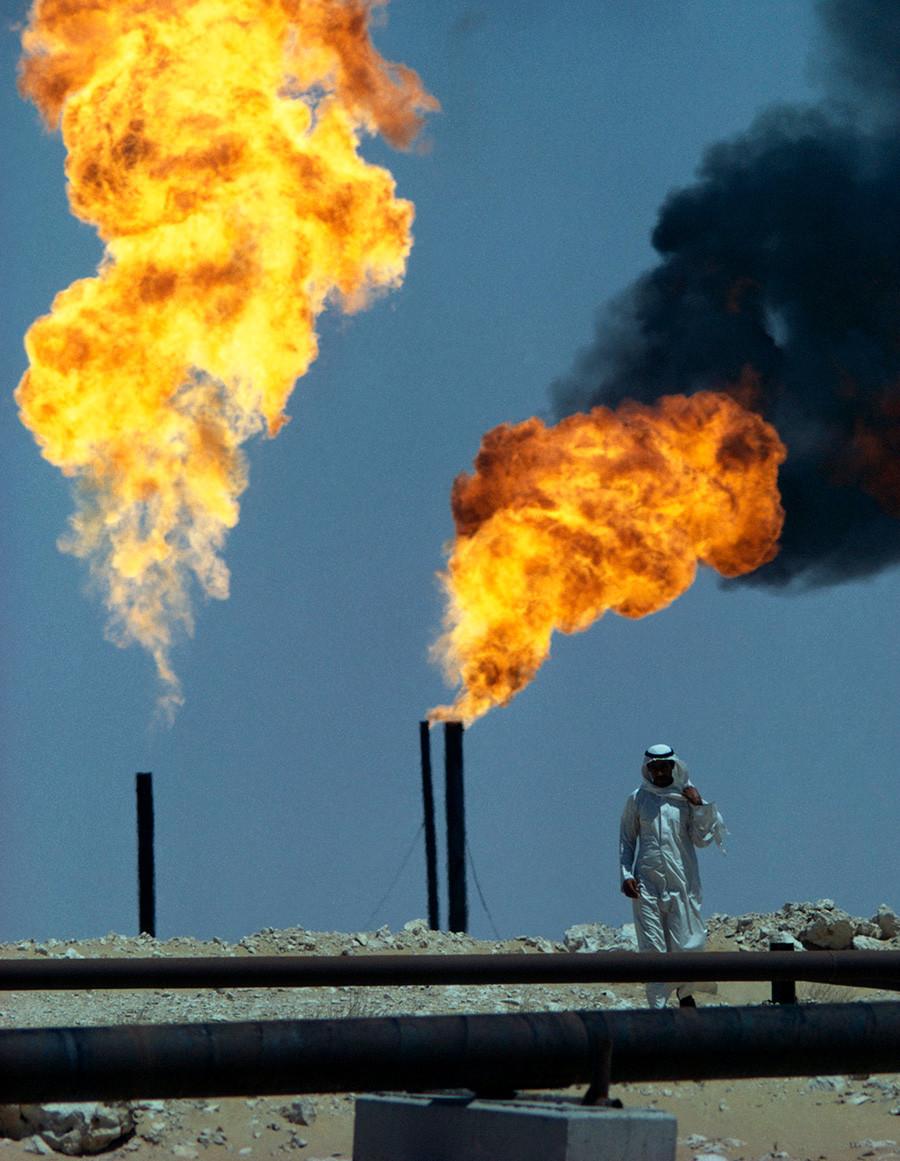 Semburan api gas industri Arab Saudi di sebuah ladang minyak.