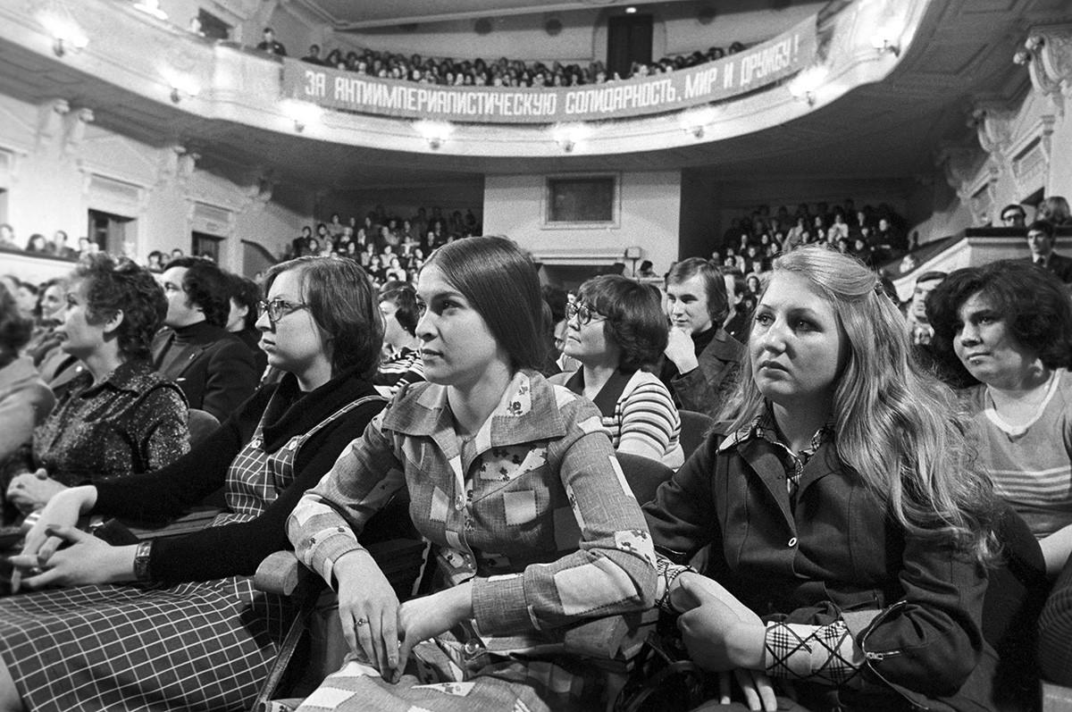La gente disfruta del concierto del actor y cantante americano Dean Reed en Moscú, 1979