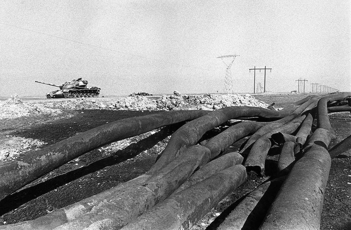 Vista de oleoductos destruidos por los iraníes durante la guerra de Irán-Irak, 1981.