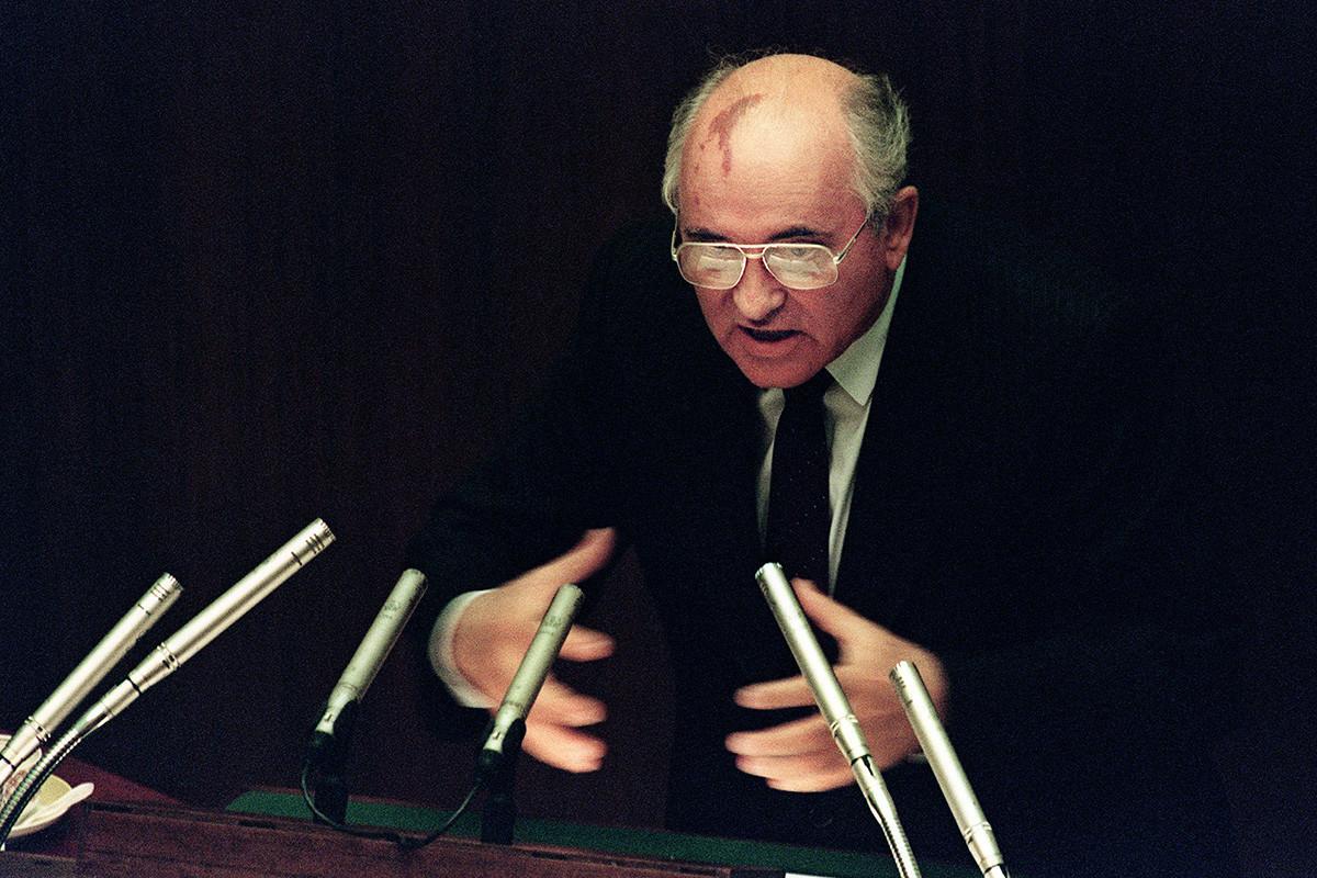 Mijaíl Gorbachov en una sesión extraordinario del Sóviet Supremo, Moscú, 27 de agosto de 1991.