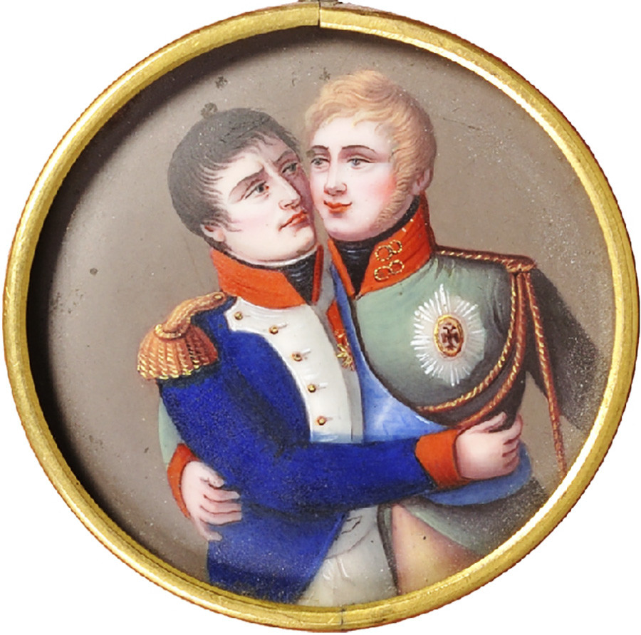 Sebuah medali Prancis yang berasal dari periode pasca-Tilsit dengan gambar kaisar Prancis dan Rusia berpelukan.