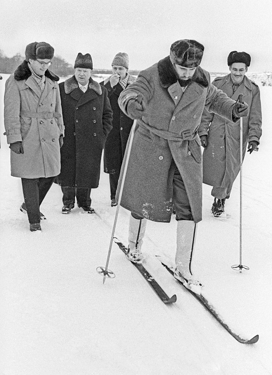 Der Generalsekretär der Kommunistischen Partei der Sowjetunion Nikita Chruschtschow und der Erste Sekretär der Kommunistischen Partei Kubas Fidel Castro beim Skifahren auf dem Land, 1964