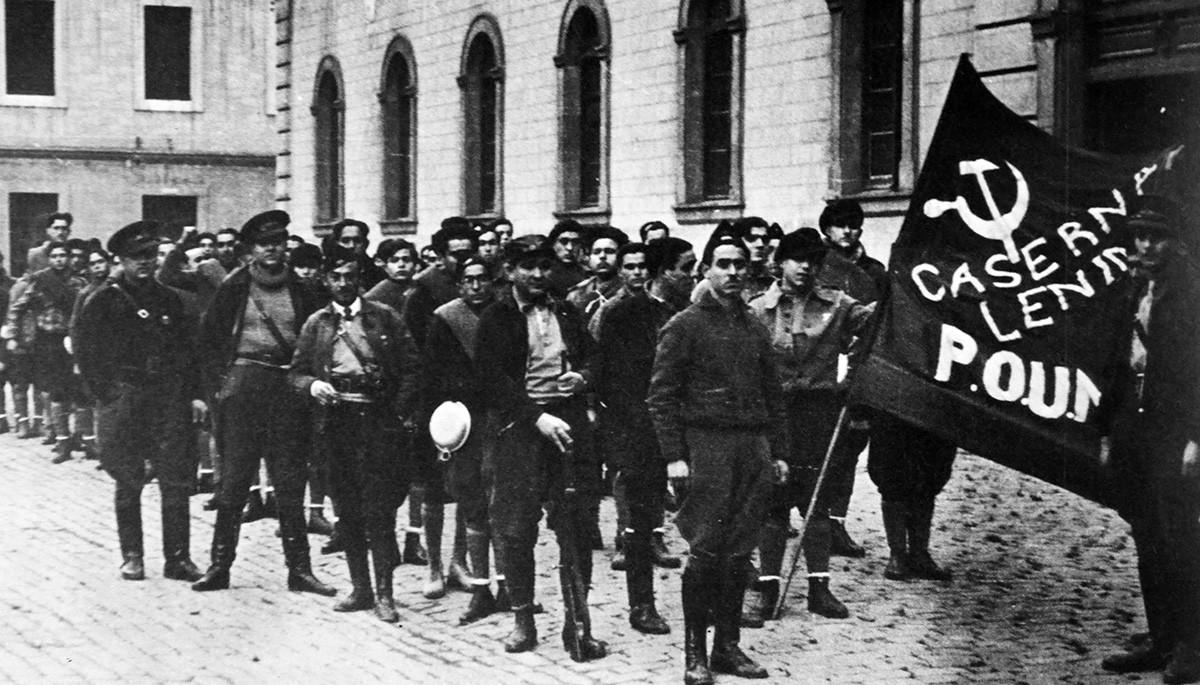 Обезбеђење Радничке партије марксистичког јединства чува седиште странке у Барселони 1936. године. У позадини стоји британски писац Џорџ Орвел.