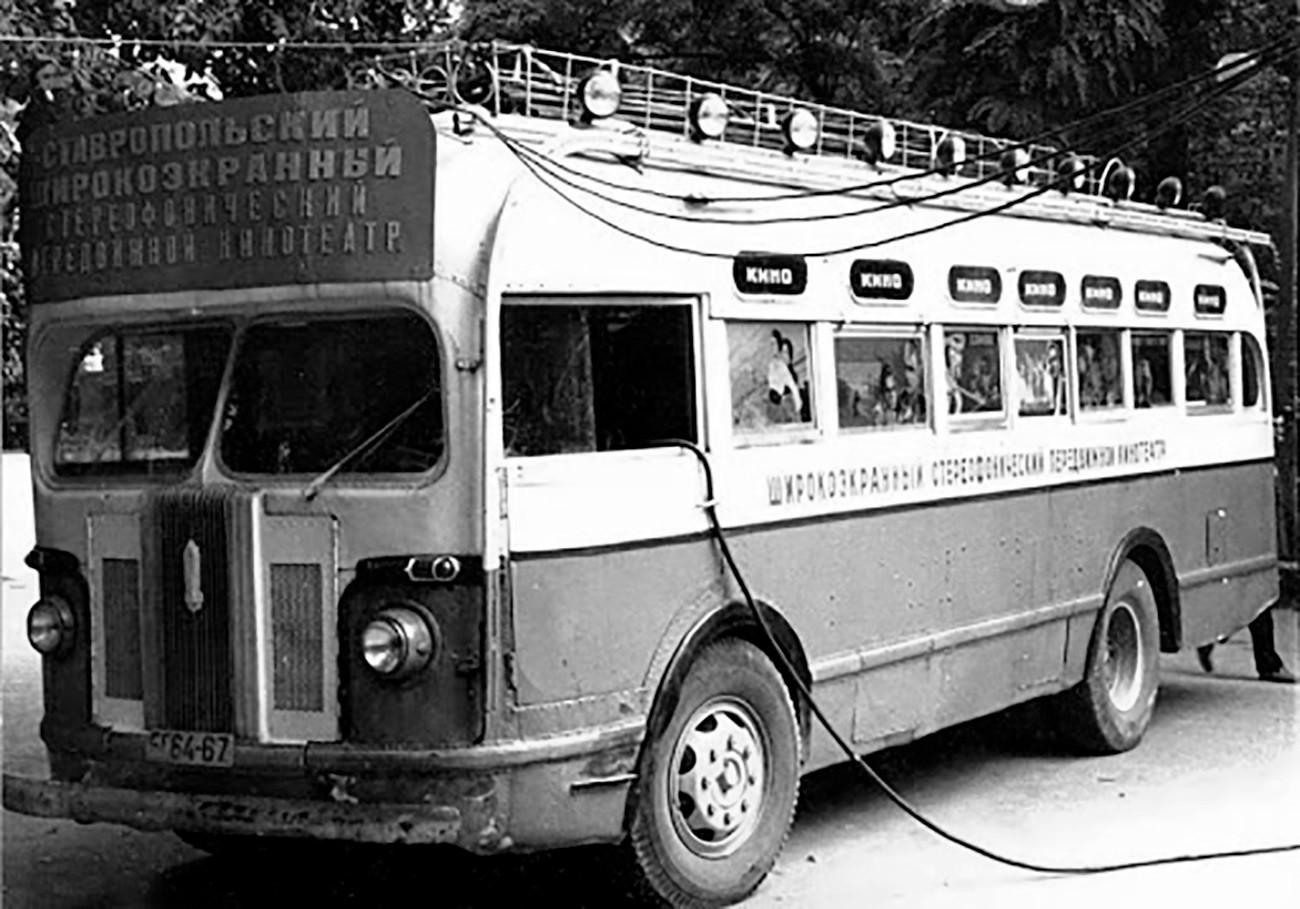 Bus bioskop keliling di Stavropol, Soviet.
