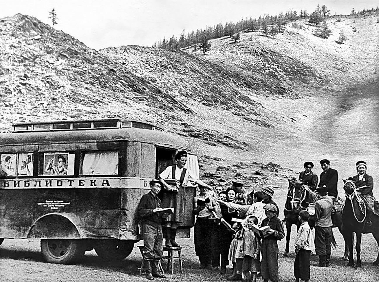 Perpustakaan keliling di Dyany Dyol kolkhoz, Altai, 1937 - 1939.
