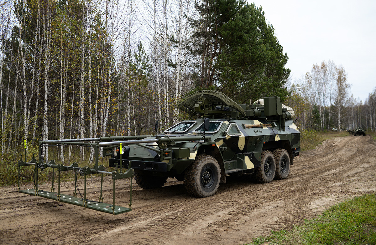 """""""Листва"""", возило за деминирање на далечинско управување на Новосибирскиот дивизион на стратешките противвоздухопловни ракетни сили пред почеток на маневри. Новосибирска област."""