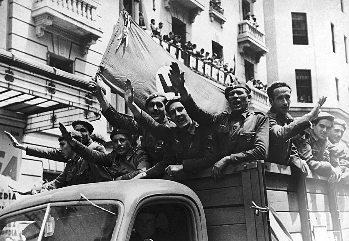 Grupa španjolskih dobrovoljaca sa zastavom i kukastim križem odlazi na ruski front kako bi se borio na strani Njemačke u Drugom svjetskom ratu, 1941.