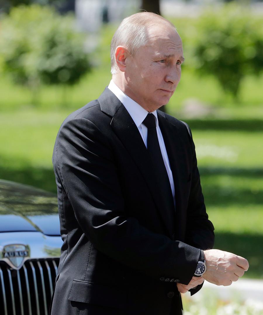 Presiden Rusia Vladimir Putin menghadiri upacara peletakan karangan bunga di Makam Prajurit Tak Dikenal di depan Tembok Kremlin pada 22 Juni 2018.