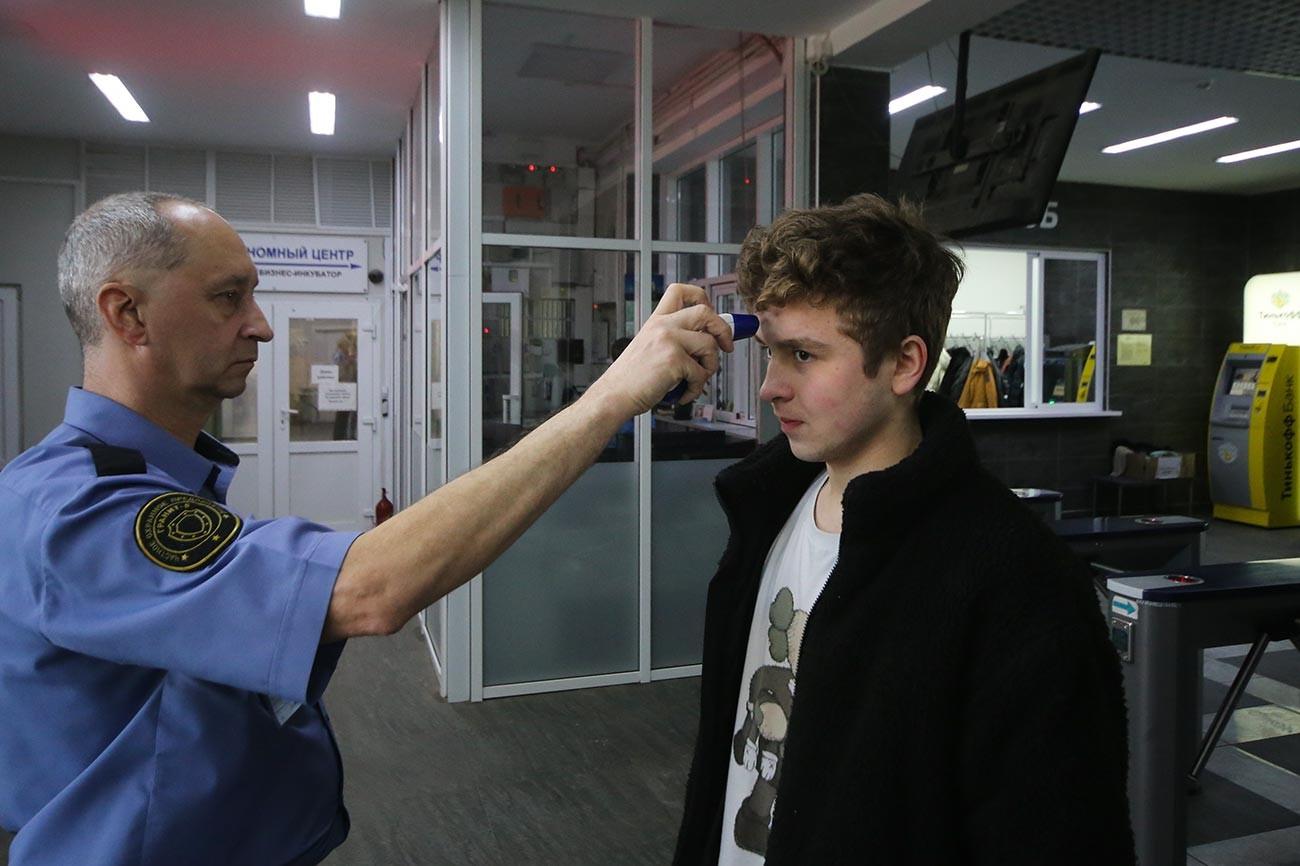 モスクワ物理技術研究所にて放射温度計で体温測定