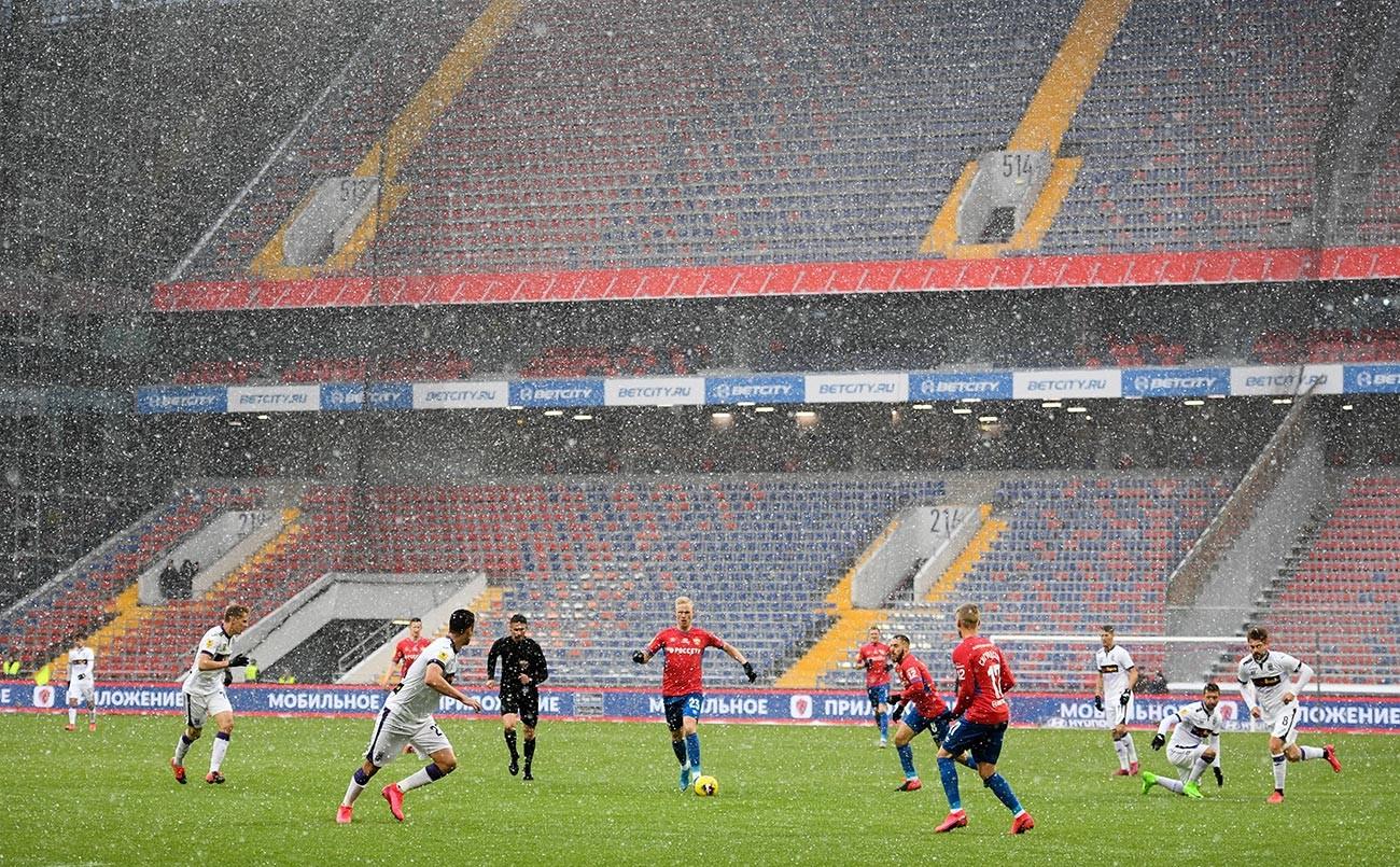 ロシアサッカー・プレミアリーグの試合が無人のスタジアムに行われた。
