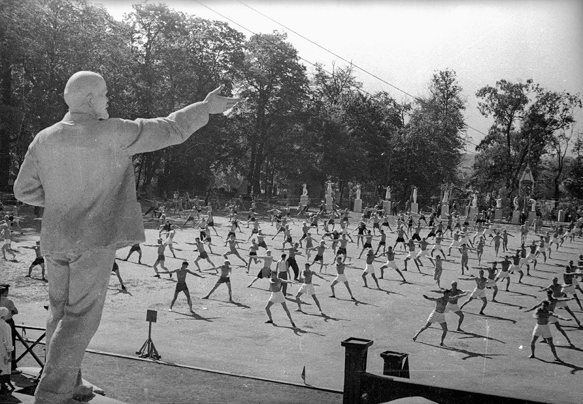 Gymnastique matinale. 1938