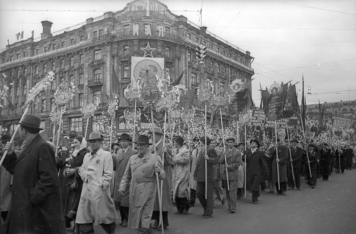Colonnes de manifestants. 1er mai 1953