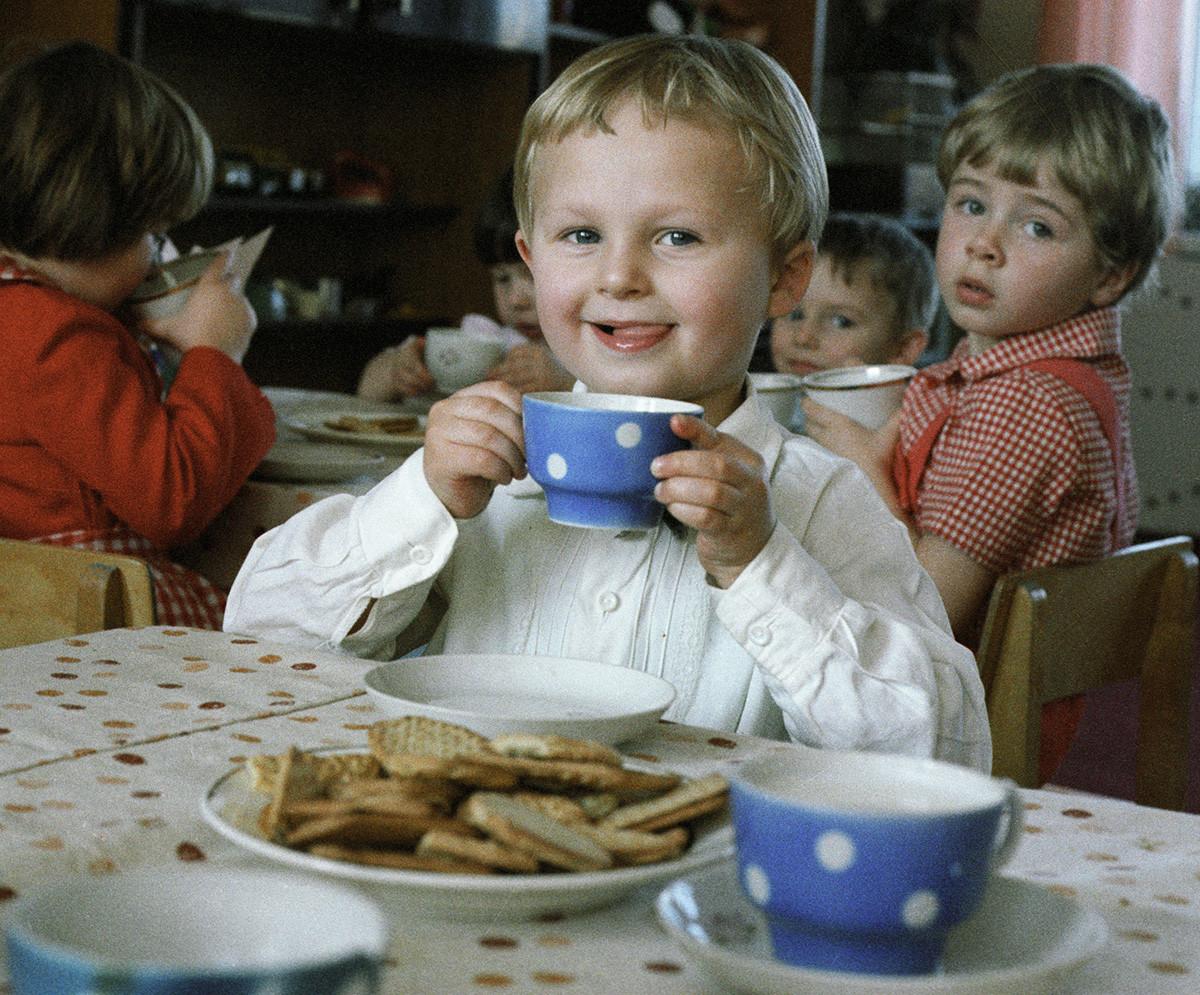 Un chico en el jardín de infancia come un poldnik