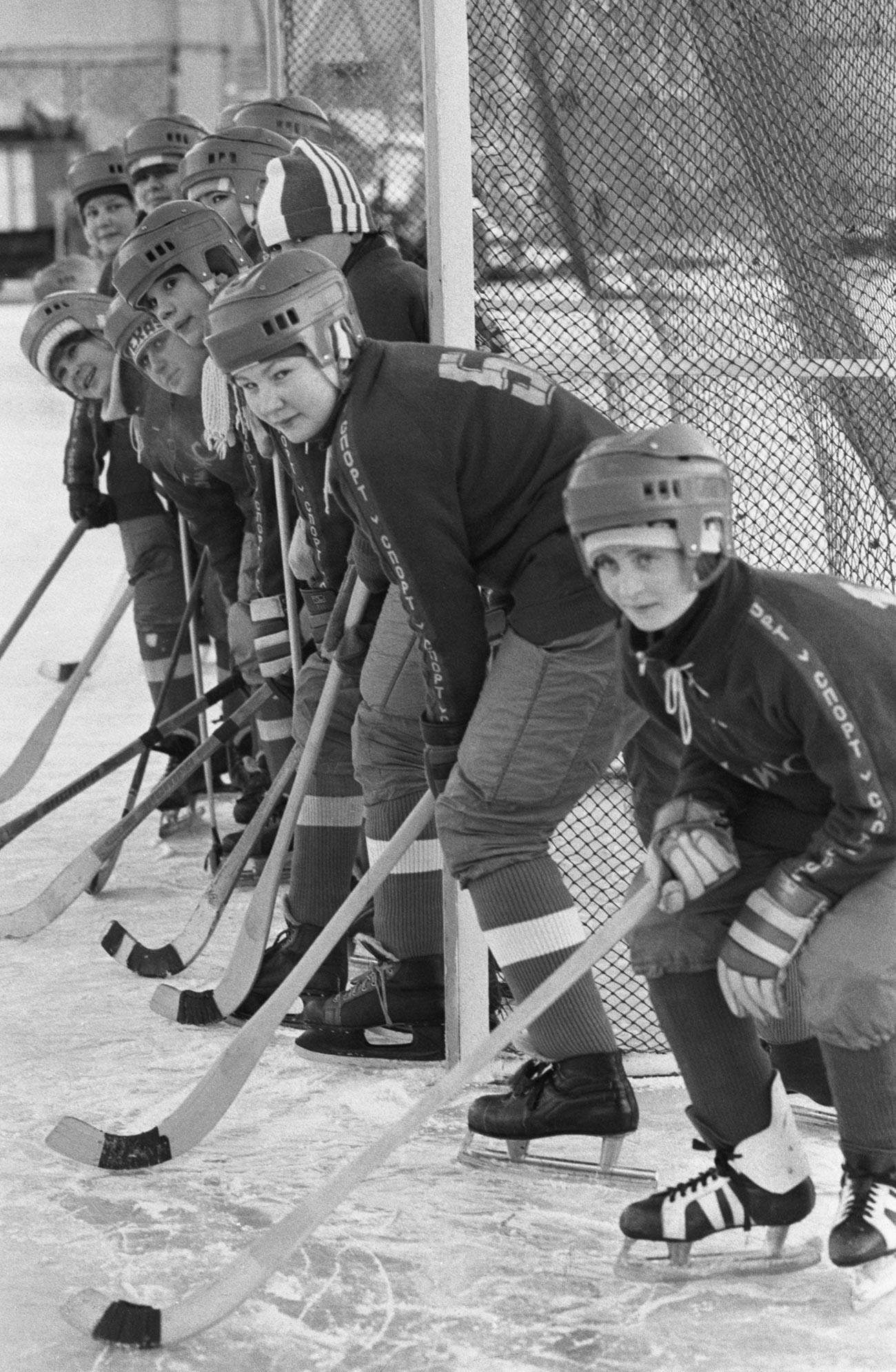 Учеснице омладинске хокејашке екипе.