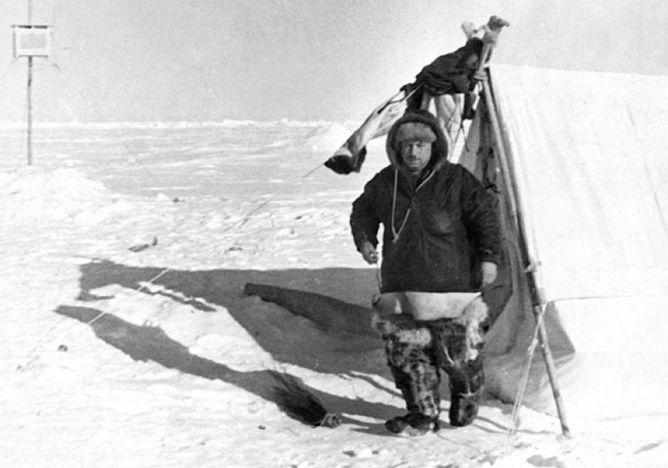 Иван Папанин у первой жилой палатки на станции «Северный Полюс-1».