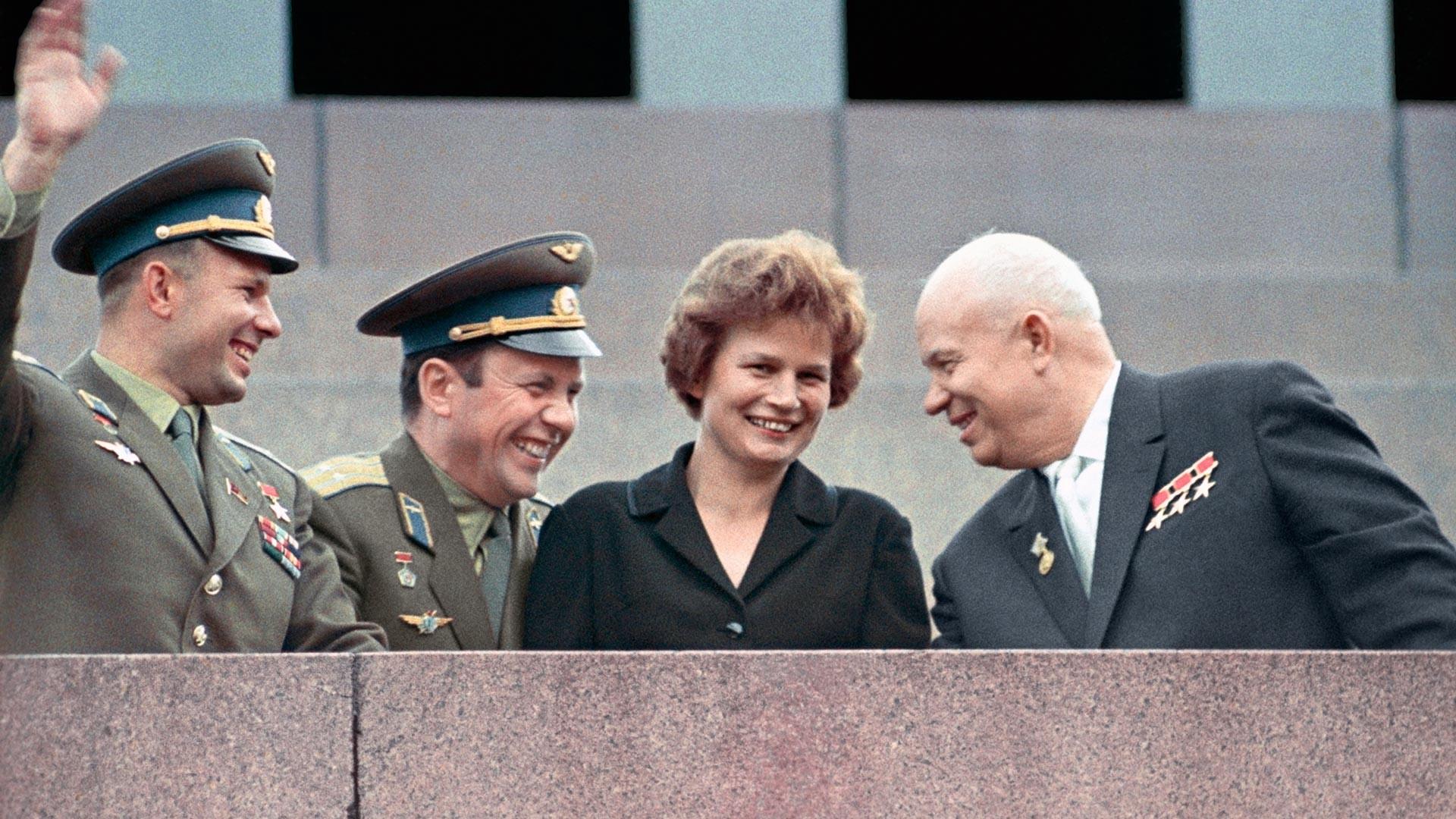 Первый секретарь ЦК КПСС Никита Хрущев и космонавты Валентина Терешкова, Павел Попович и Юрий Гагарин (справа налево) на трибуне мавзолея В.И. Ленина.