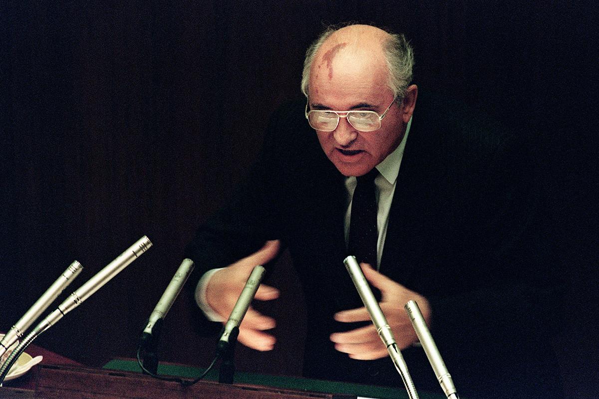 Съветският президент Михаил Горбачов говори на втория ден от извънредната сесия на Върховния съвет в Москва на 27 август 1991 година. Горбачов заплашва, че ще подаде оставка, ако републиките откажат да подпишат договор за съюз, за да държат Съветския съюз цял.