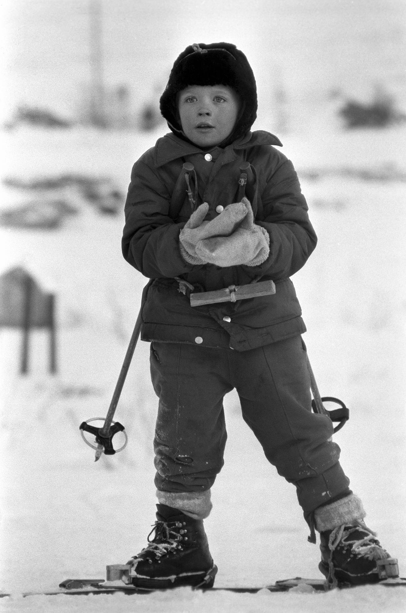 Škola skijanja u Mončegorsku. Mladi skijaš.