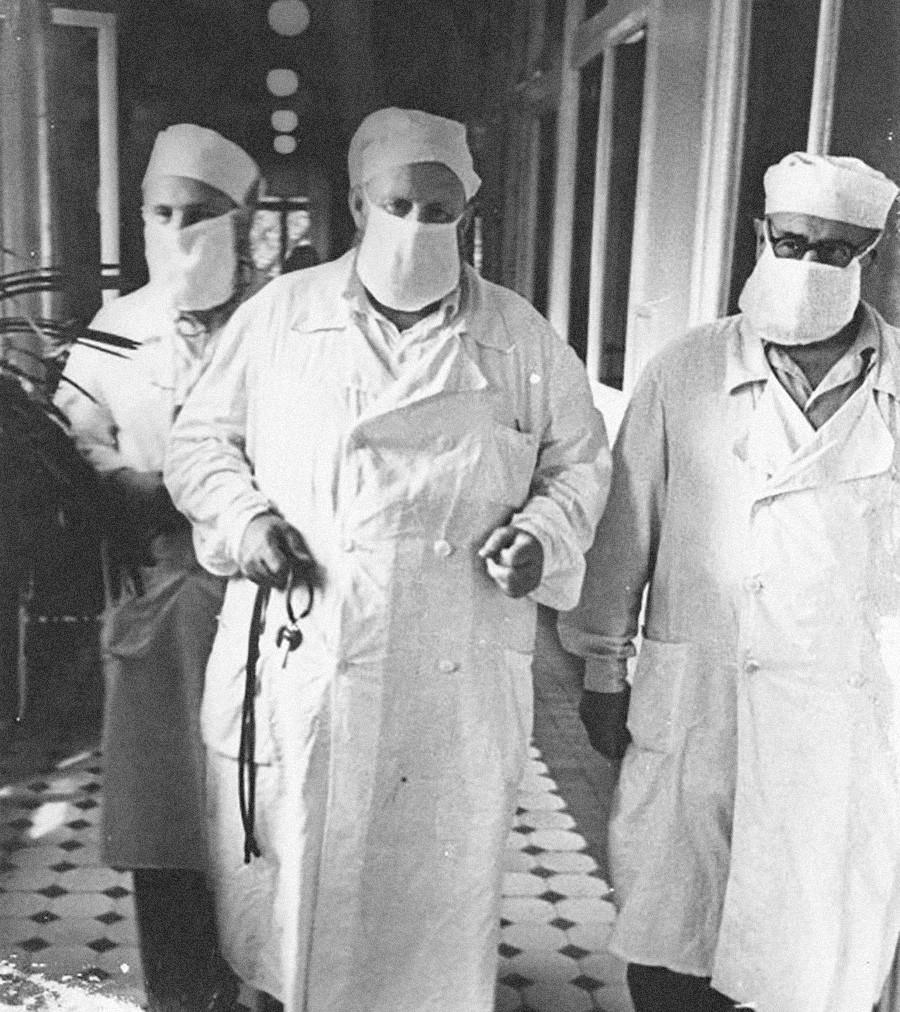"""Борба против грипа. Из серије """"Москва и Московљани"""". Снимљено 1959. године."""