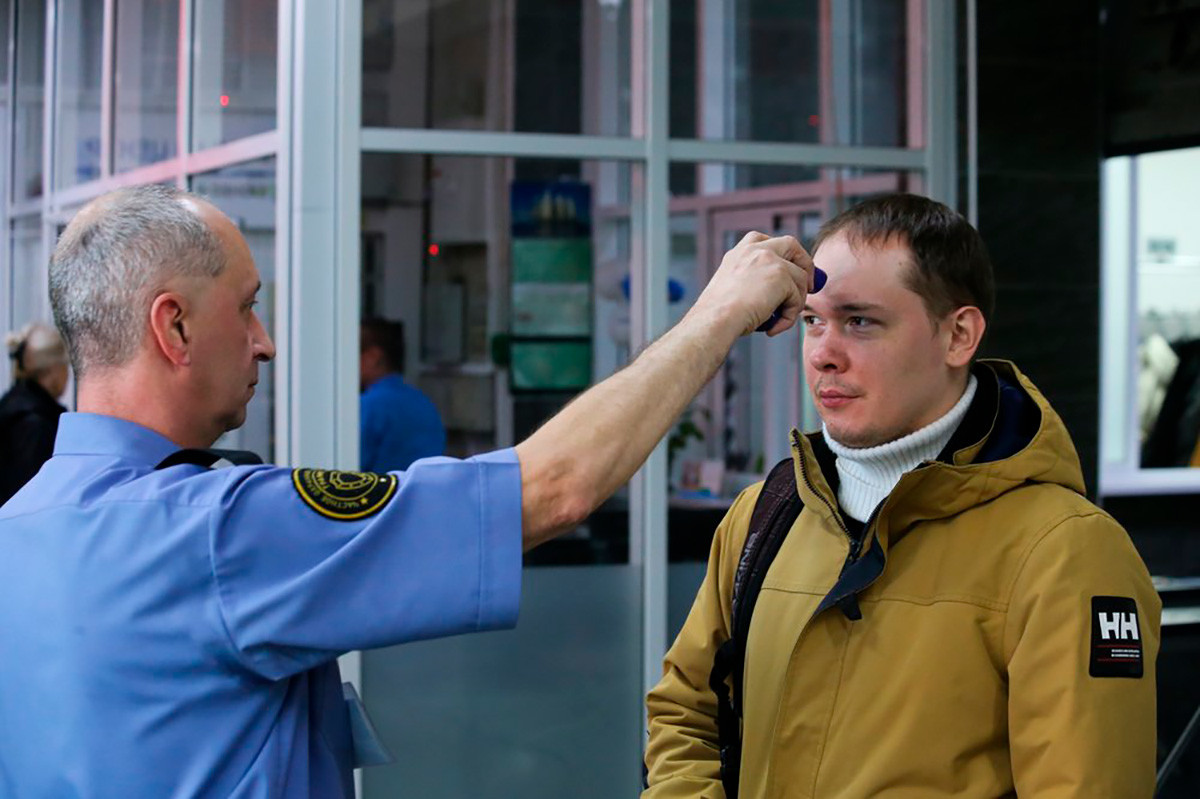 Security checks temperature of the students in one of Moscow universities
