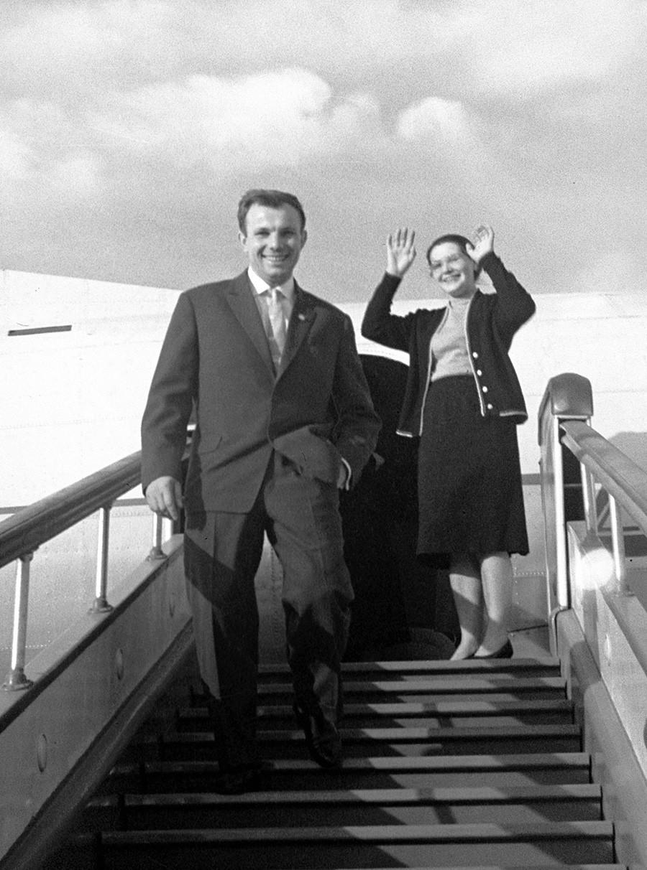 Советскиот пилот Јуриј Гагарин (лево) со сопругата.