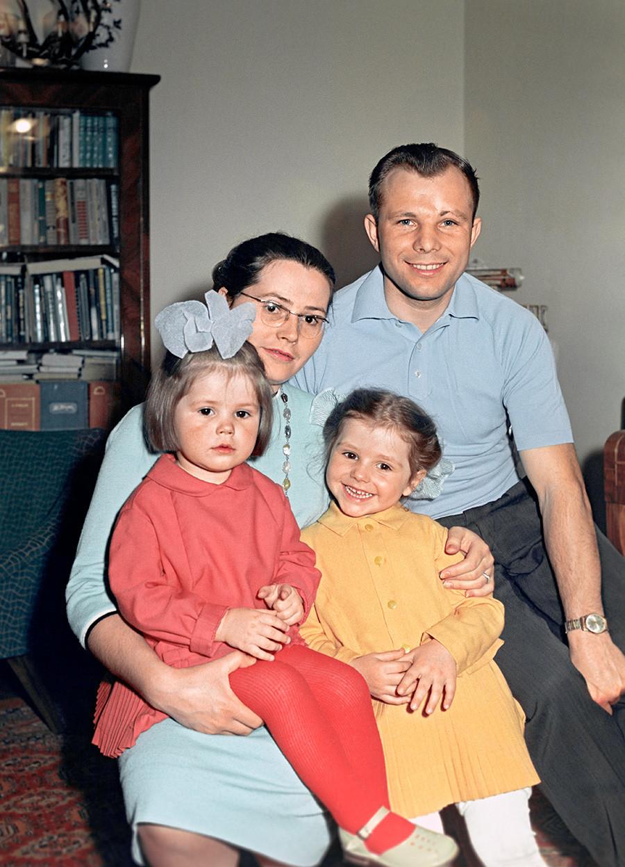 Јуриј Гагарин со сопругата Валентина и ќерките Галина и Елена.