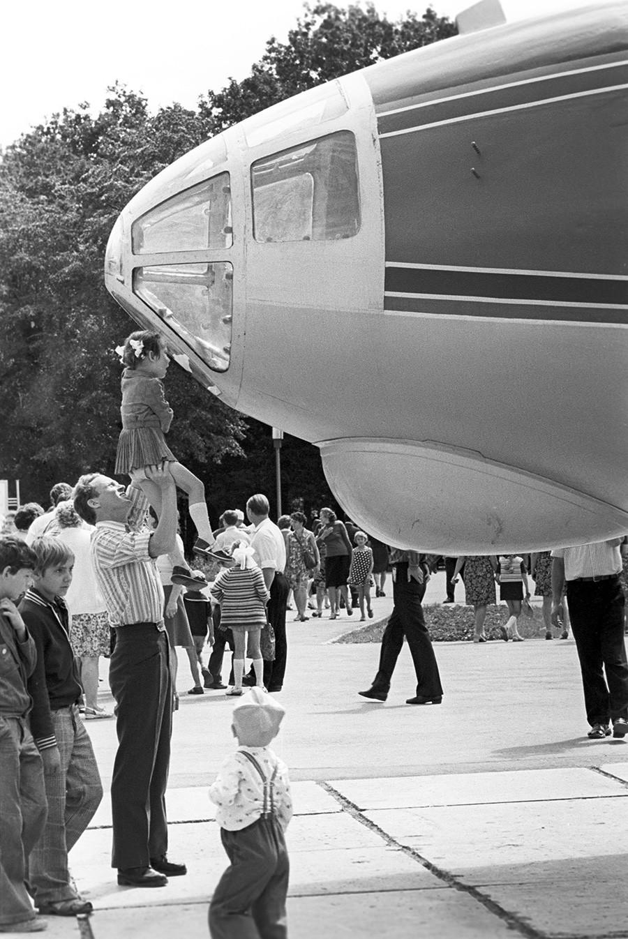 L'avion-cinéma Antochka , basé sur un An-10, dans le parc Iouri Gagarine de Kouïbychev (actuellement Samara), 1977