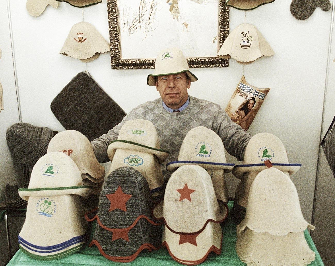 """Продавац капа на изложби """"Уметност живота на 'дачи' (у викенд-кући изван града)""""."""