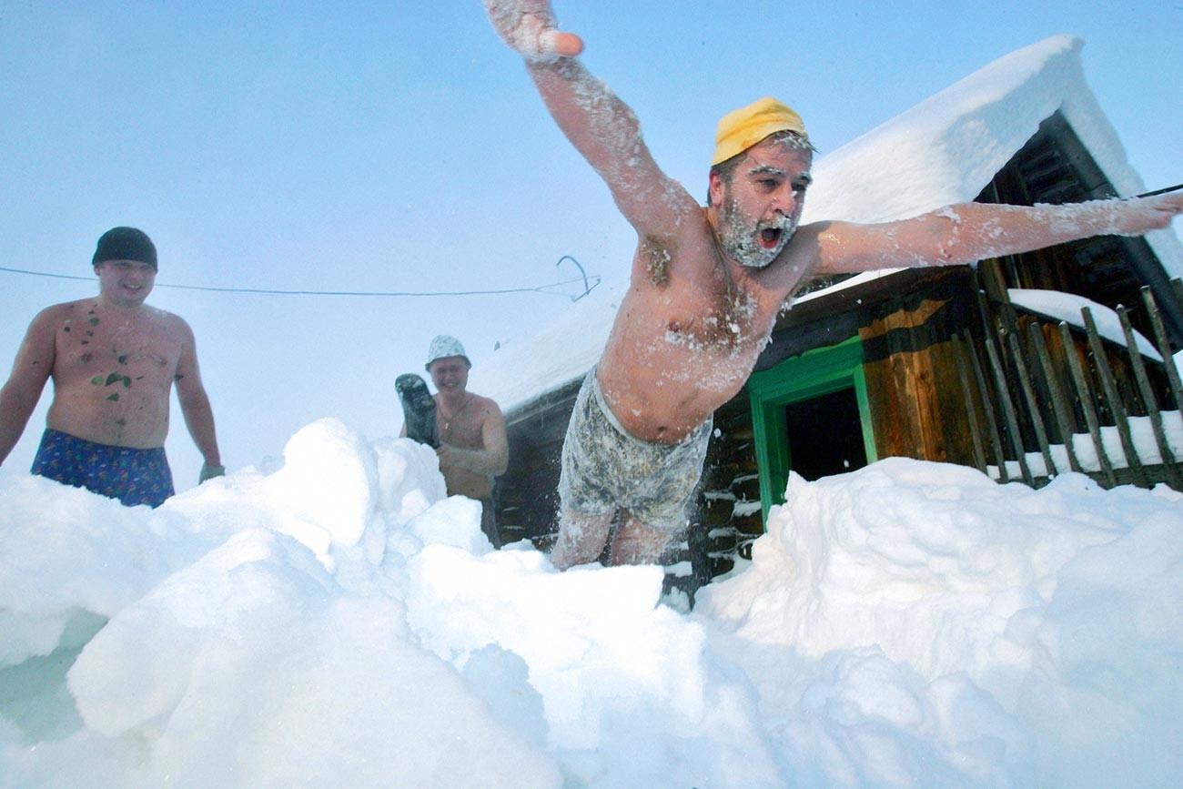 """""""Купање у снегу"""", зимски обичај везан за руско парно купатило."""
