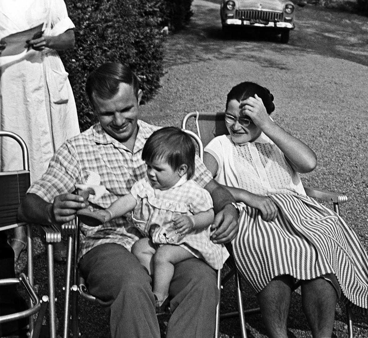 ガガーリン夫妻と娘ガリーナがクリミア半島の休暇中、1961年8月1日