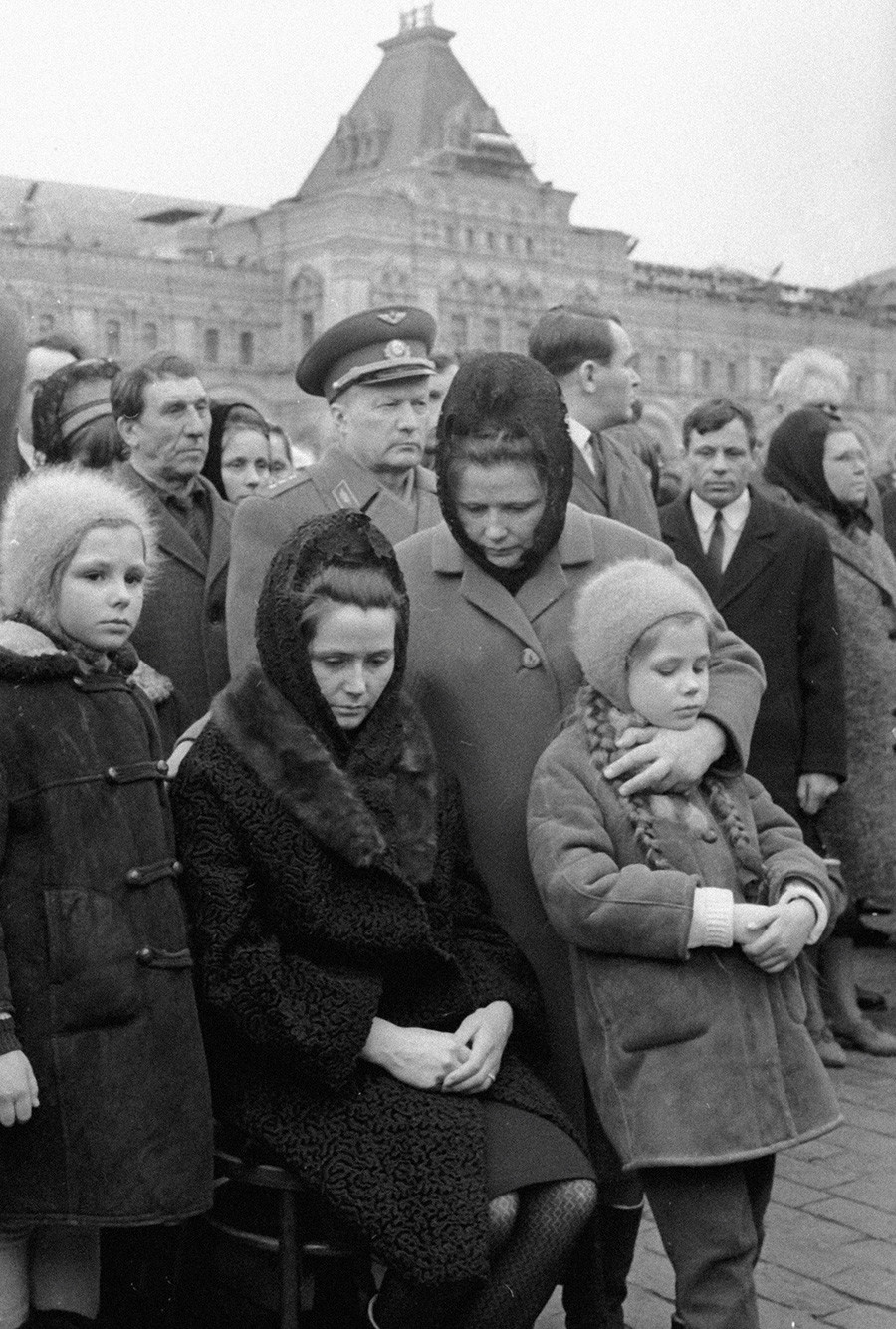 ワレンチナ・ガガーリナと娘たちがユーリ・ガガーリンのお葬式に出席、1968年3月30日