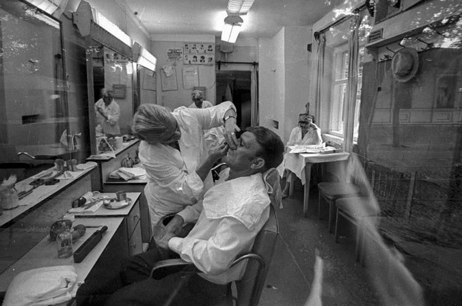 理髪店にて  1971年