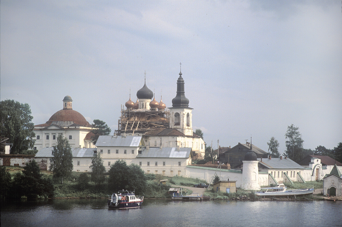 Goritsy. Resurrection Convent, northwest view from Sheksna River. From left: Trinity Cathedral, Resurrection Cathedral, north wall & cloisters, west wall & Holy Gate. July 14, 2007