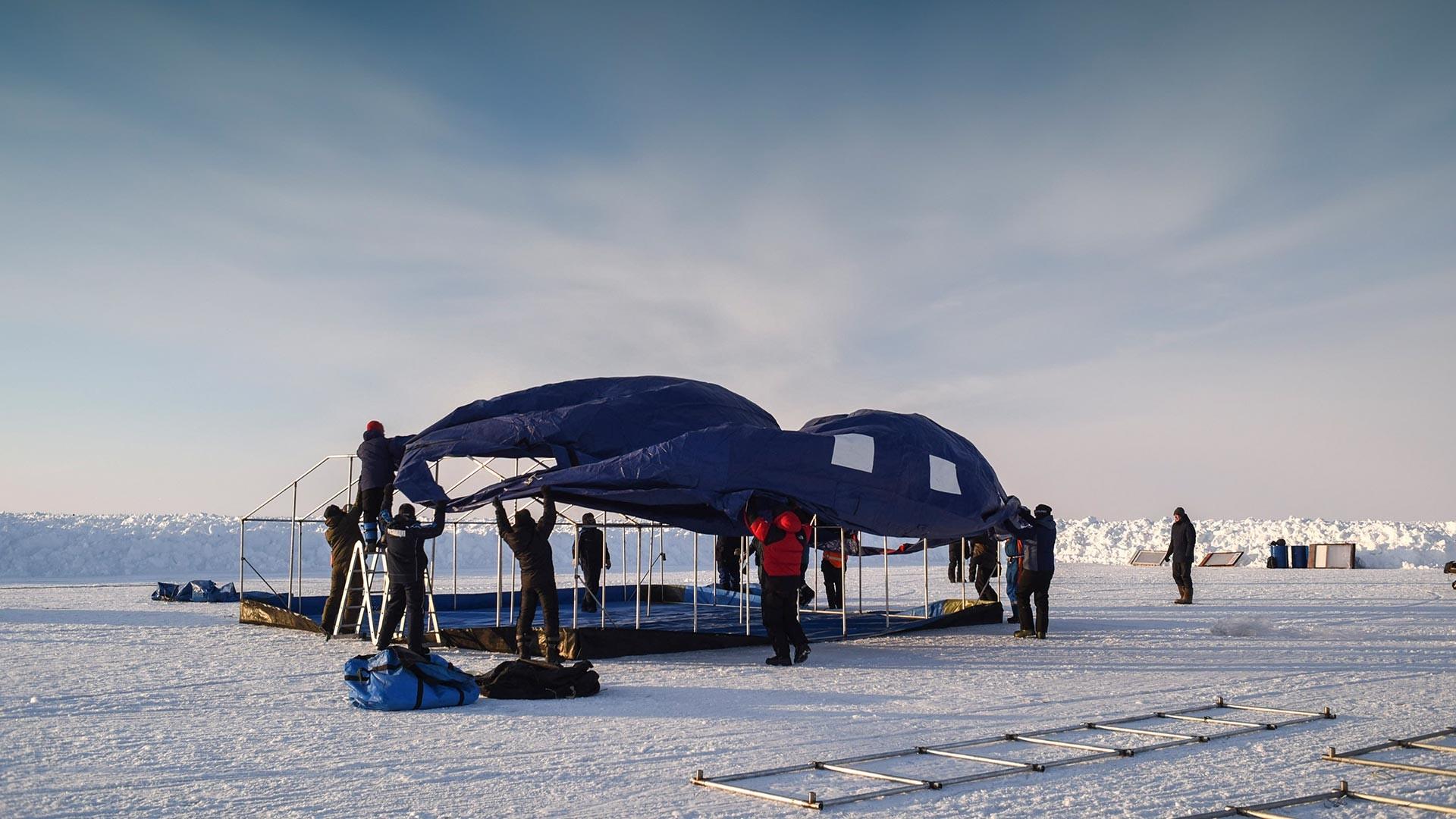 Construction de la base russe Barneo au pôle Nord