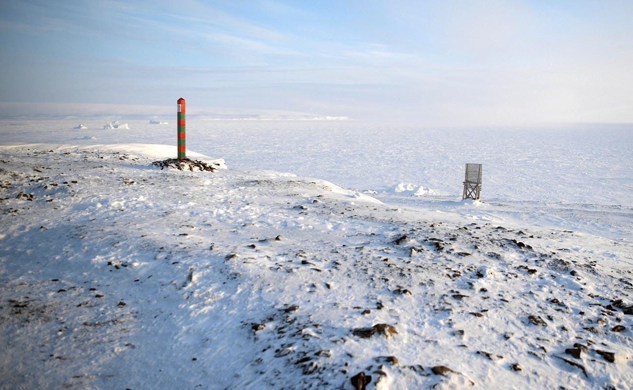 Borne frontière dans la baie Severnaïa sur l'île Terre d'Alexandra de l'archipel russe François-Joseph