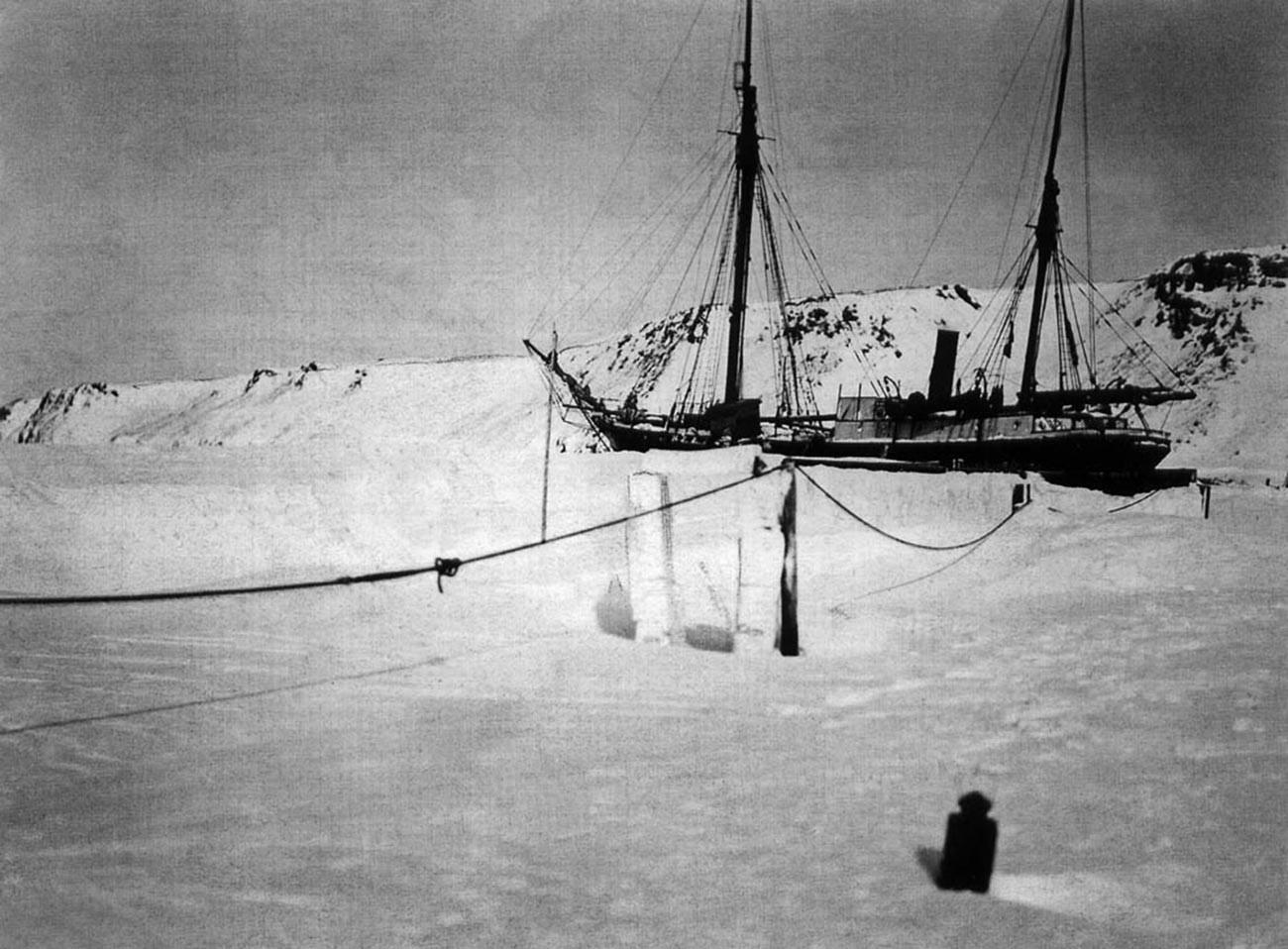 """Зимовање брода """"Свети мученик Фока"""" близу Нове земље 1912-1913. или 1913-1914."""