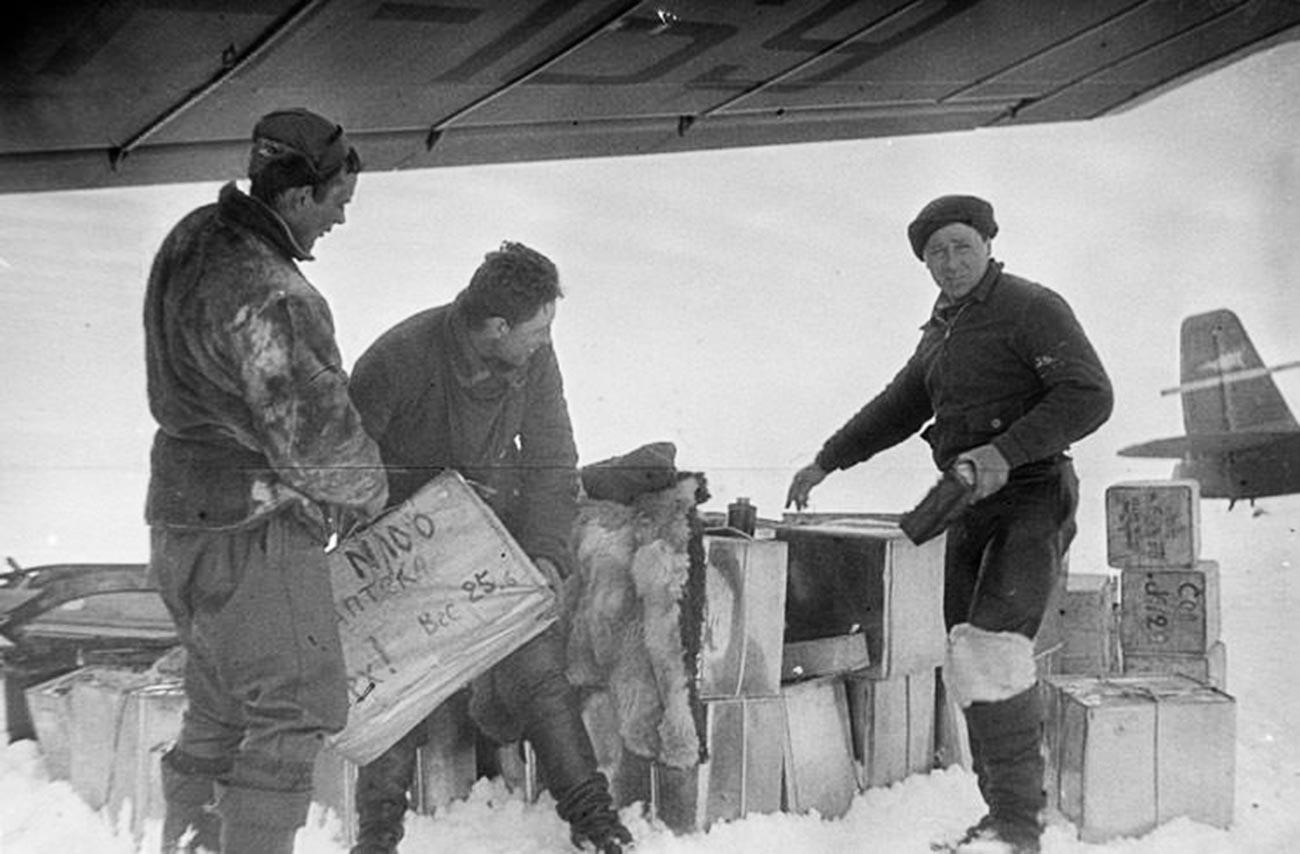 """Истовар терета за експедицију """"Северни пол 1"""" на плутајућу санту леда 1937. године."""