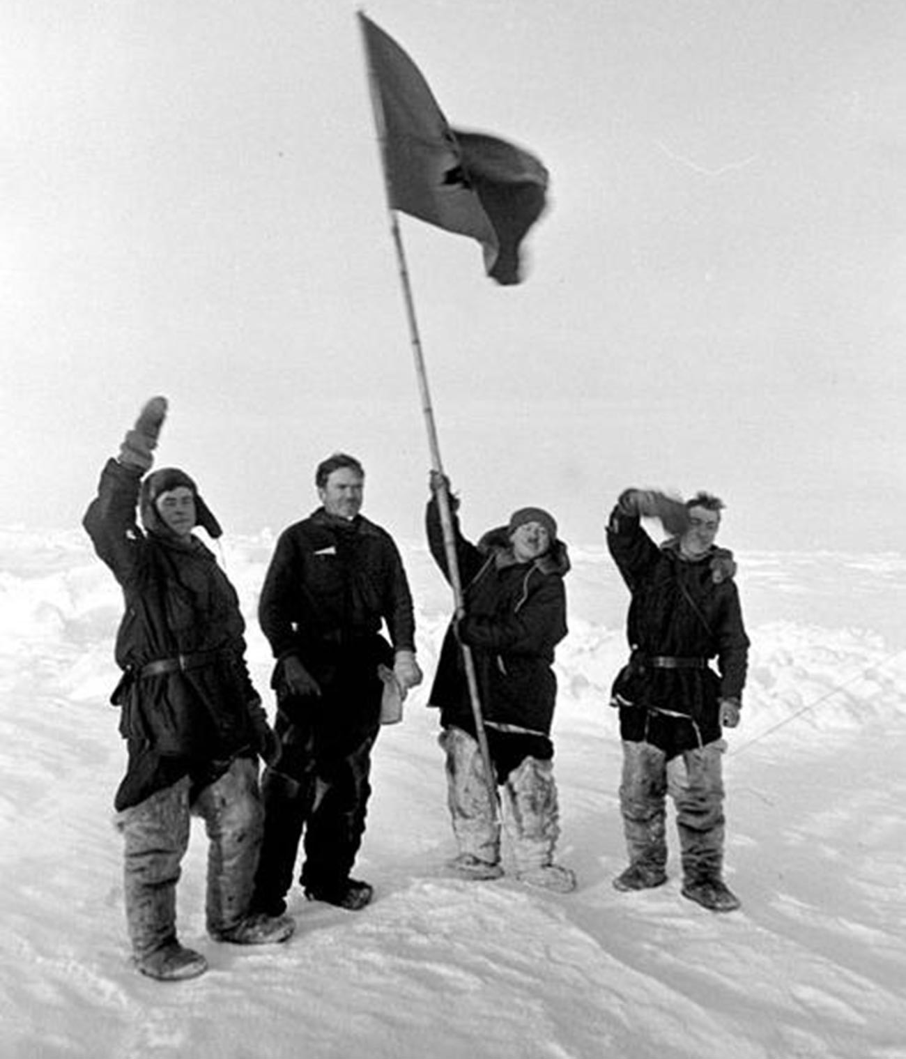 """Папањинова четворка. Чланови експедиције """"Северни пол 1"""" на Северном полу."""
