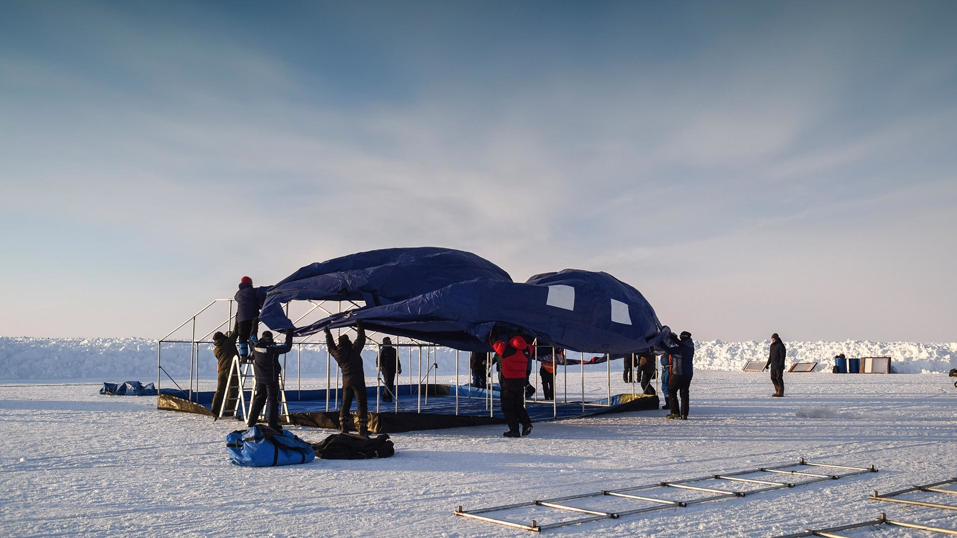 """Подизање кампа """"Борнео"""" на плутајућем леду, подручје Северног пола, Арктик."""