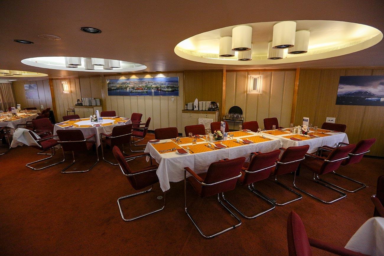 """Ресторан на нуклеарном ледоломцу """"50 година Победе"""". Брод креће у експедицију на Северни пол из луке Мурманск. Чланови експедиције ће попети на """"врх глобуса"""" и проћи ће водама Арктика до најсеверније тачке Русије, до легендарног архипелага Земља Фрање Јосифа."""