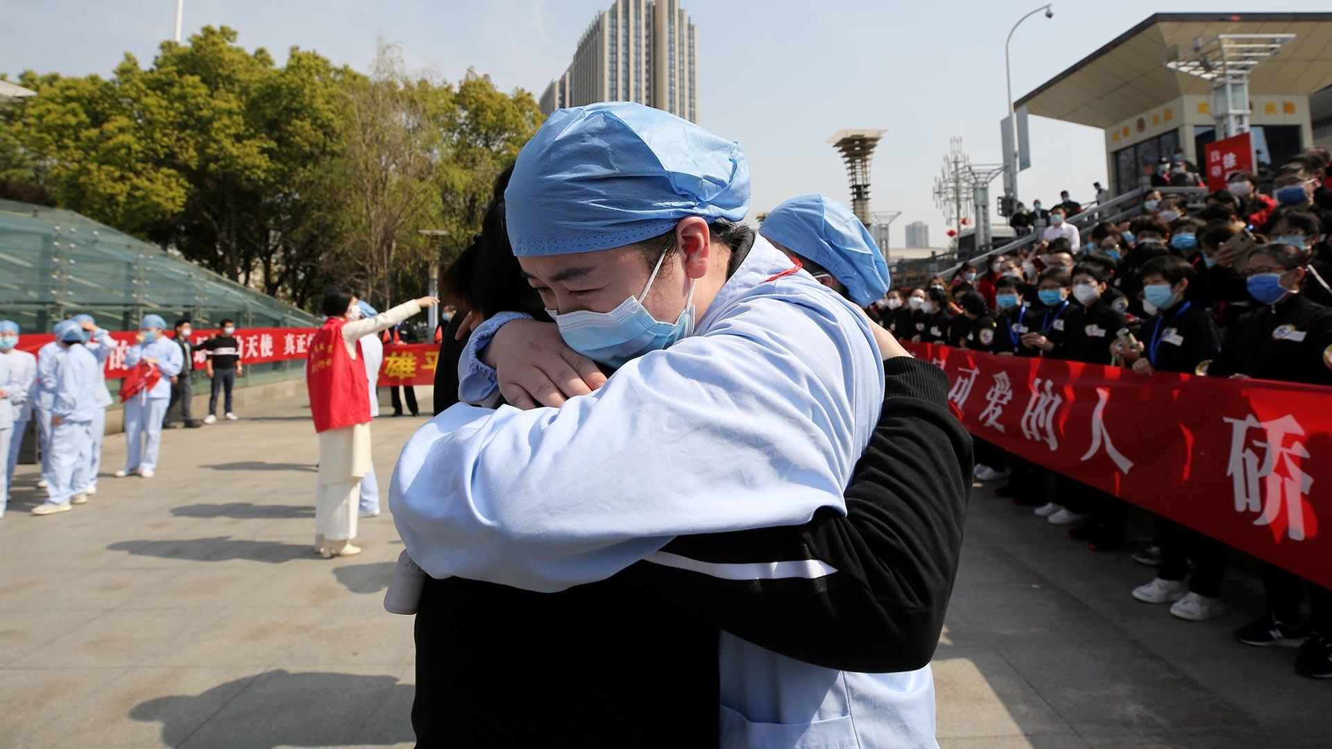 Lokalni medicinski radnik ispraća medicinskog radnika iz pokrajine Jiangsu, željeznička postaja Wuhan.