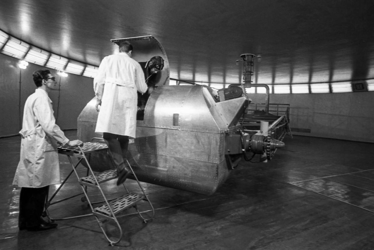 Dentro de un centro de entrenamiento para cosmonautas.