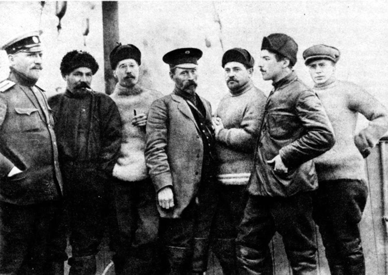 Sedam članova Sedovljeve ekspedicije. Na brodu