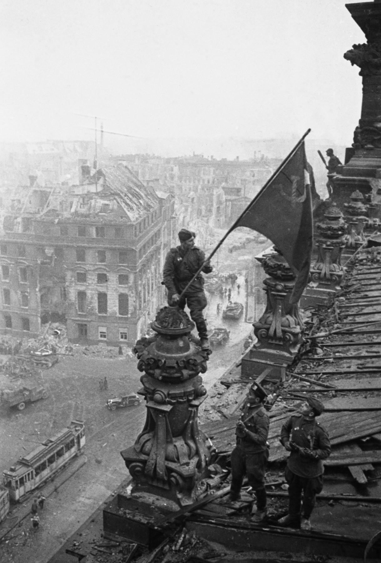 Знамя Победы над Берлином, один из снимков.