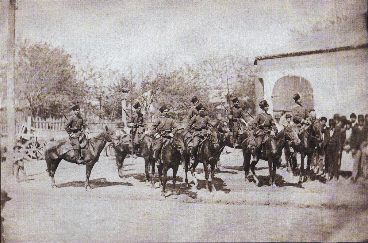Un distaccamento dei Cosacchi del Don davanti alla residenza dell'imperatore a Ploiești, Romania