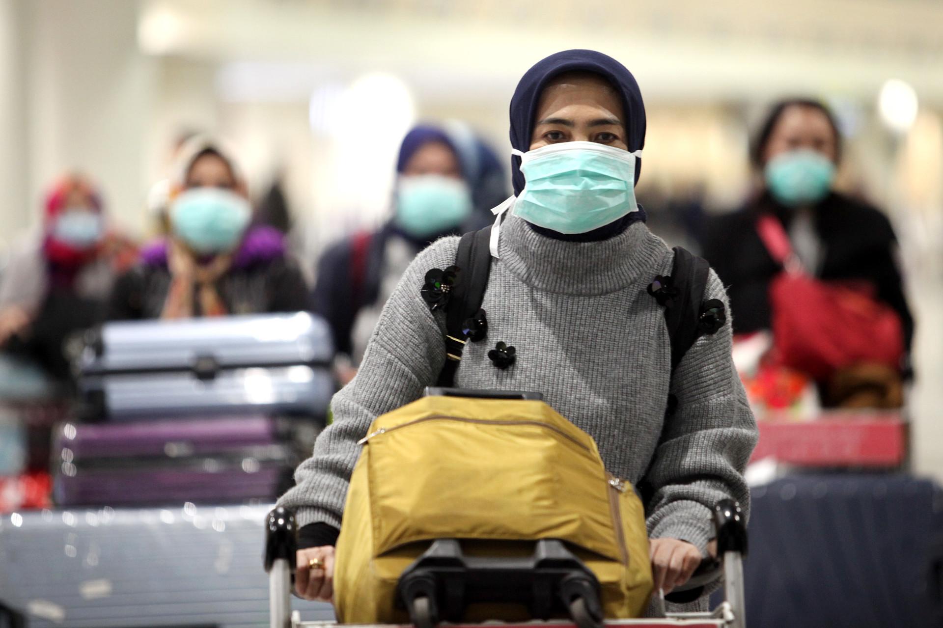 Turis asal Indonesia hendak pulang ke Indonesia dari Bandara Domodedovo, Rabu (18/3).