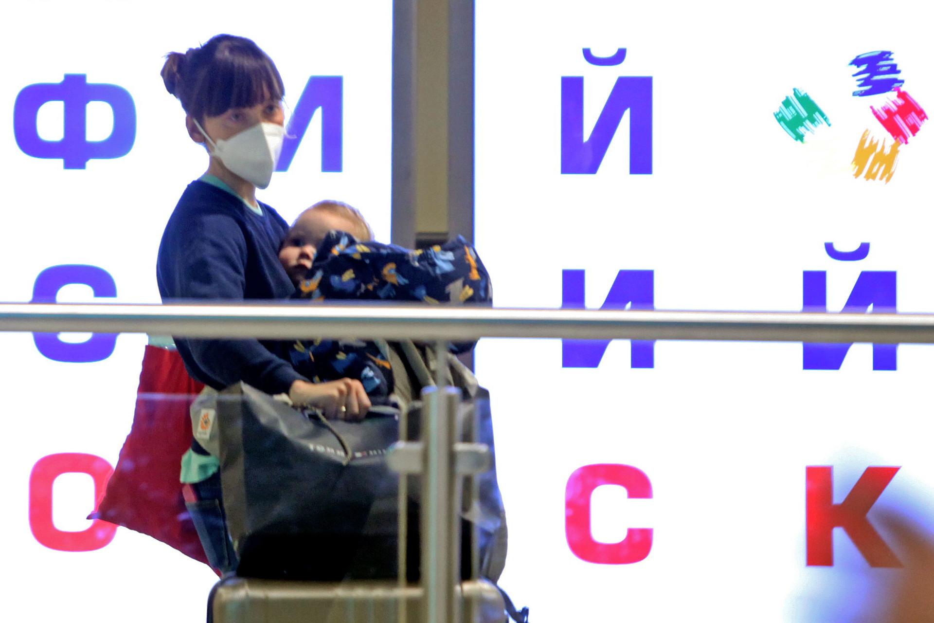 Seorang penumpang keluar dari pintu kedatangan internasional Bandara Domodedovo, Rabu (18/3).