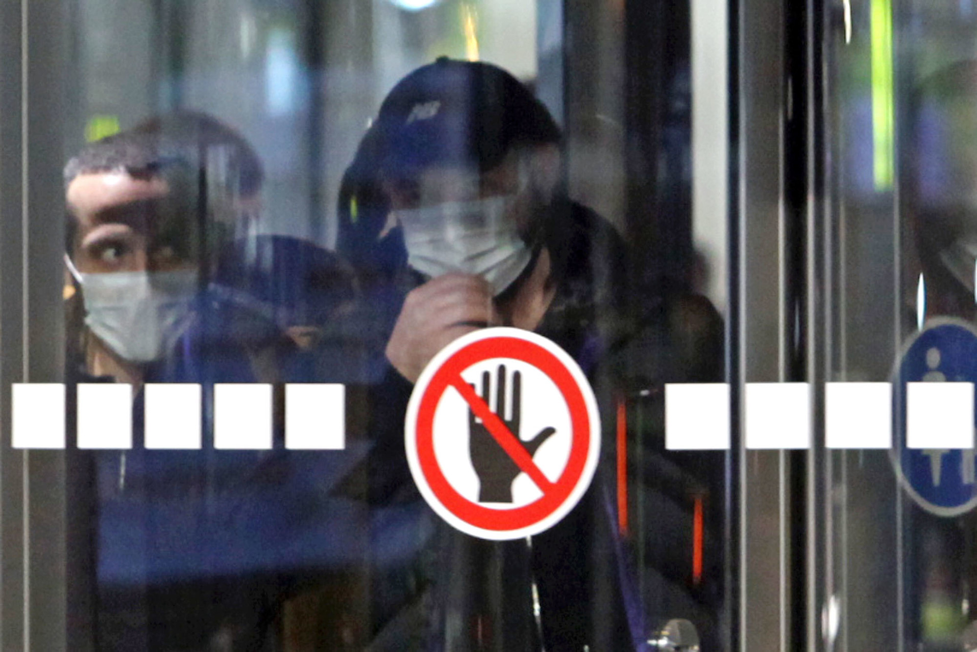 Penumpang hendak keluar dari gedung Bandara Domodedovo, Rabu (18/3).