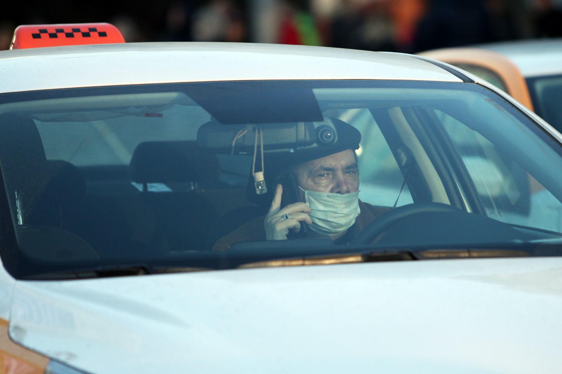 Les chauffeurs de taxi, côtoyant de nombreux clients à longueur de journée, prennent aussi leurs précautions.